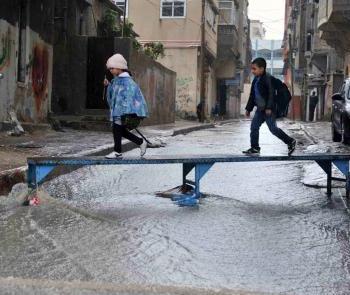 UNRWA-kids-rain-Gaza-schools-poor-aid